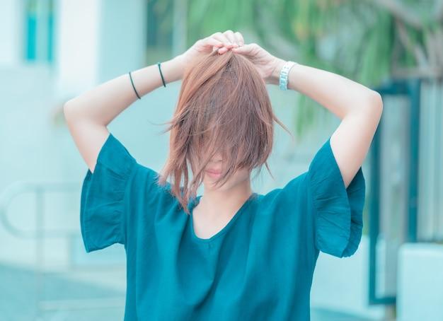 Aziatische vrouw met slordig haar aangescherpt