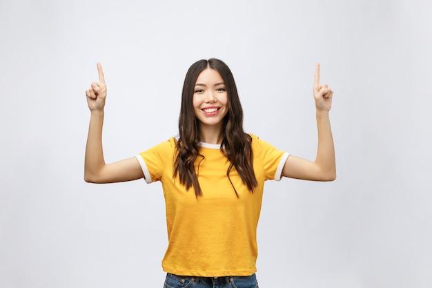 Aziatische vrouw met vinger omhoog isoleren op wit