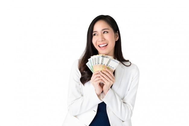 Aziatische vrouw met zuid-koreaanse won geld in handen