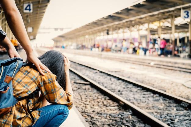 Aziatische vrouw mist een trein, reis op vakantieconcept.