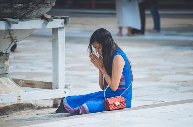Aziatische vrouw om respect te betalen in aanbidding