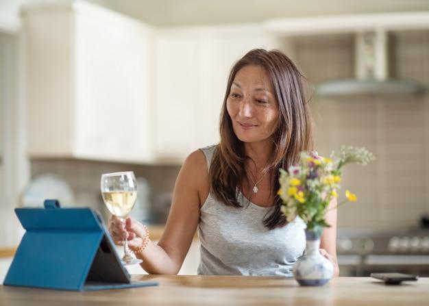 Aziatische vrouw ontmoeten en praten met vrienden op het internet