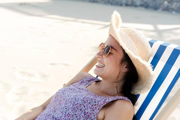 Aziatische vrouw ontspannen aan het strand