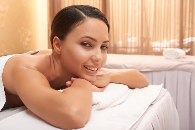 Aziatische vrouw ontspannen in de spa
