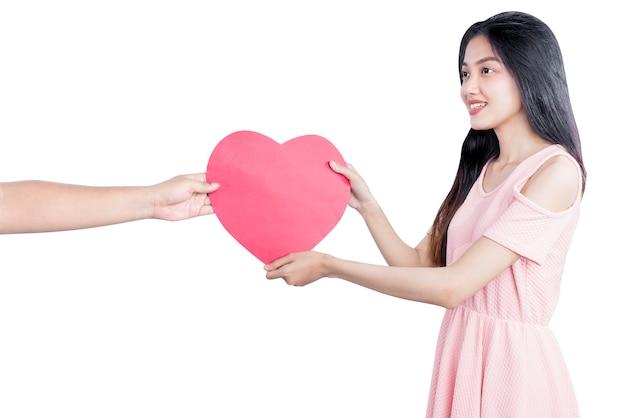 Aziatische vrouw ontvangt rode harten geïsoleerd op witte achtergrond
