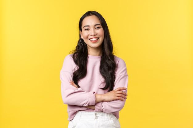 Aziatische vrouw op gele achtergrond.