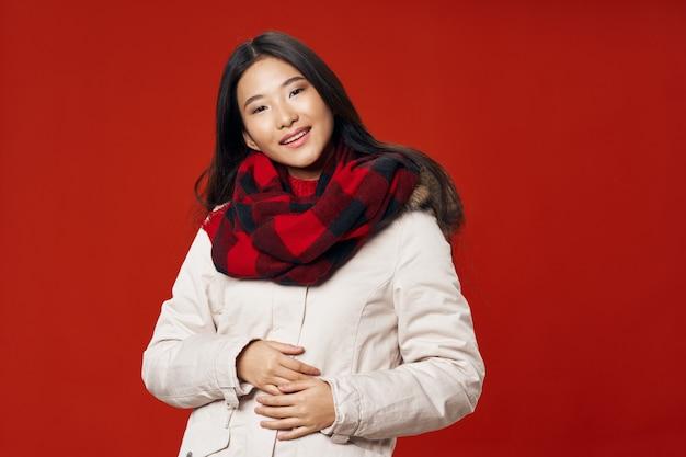 Aziatische vrouw op helder kleuren ruimte stellend model