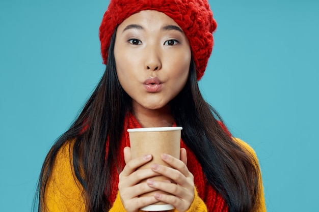 Aziatische vrouw op helder kleuren stellend model als achtergrond