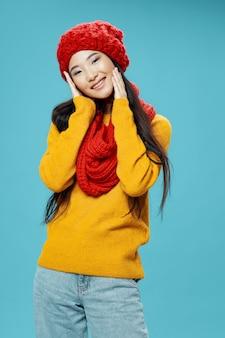 Aziatische vrouw op helder kleuren stellend model