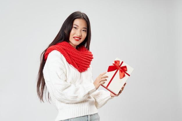 Aziatische vrouw op het heldere stellende model van de kleurenoppervlakte