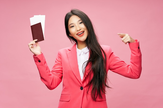 Aziatische vrouw paspoort en vliegtickets roze achtergrond vakantie