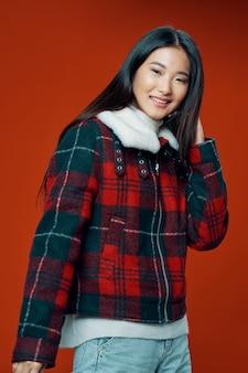 Aziatische vrouw poseren met jas