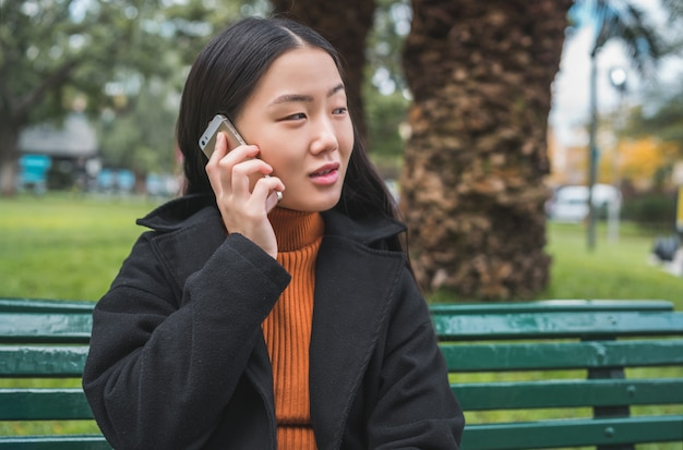 Aziatische vrouw praten over de telefoon.
