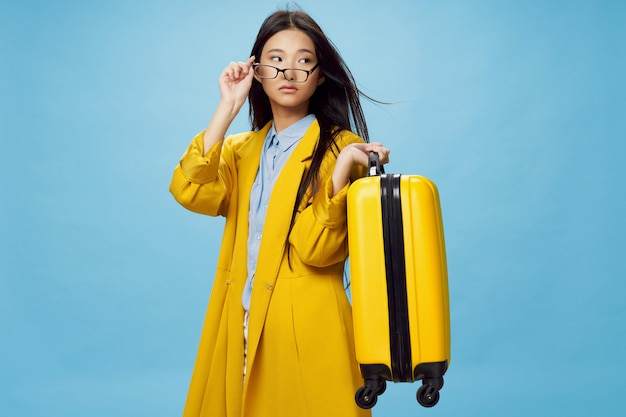 Aziatische vrouw reist met een koffer in haar handen, vakantie, studio