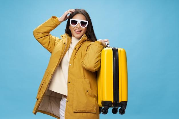 Aziatische vrouw reist met een koffer in haar handen