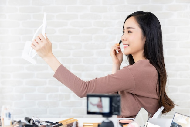 Aziatische vrouw schoonheid vlogger opname make-up tutorial voor virale clips
