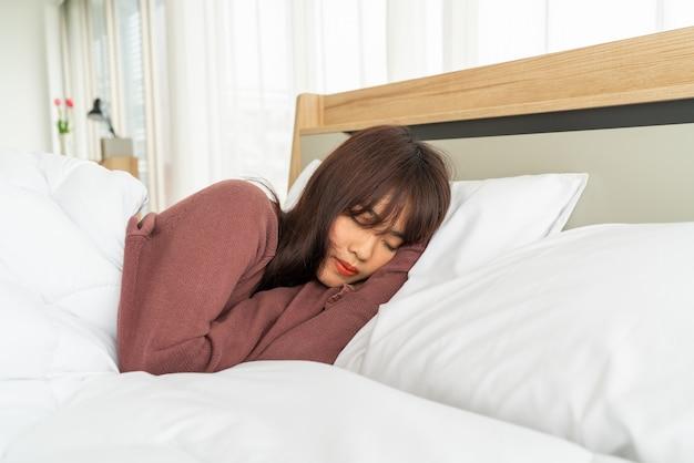 Aziatische vrouw slapen op bed in de ochtend