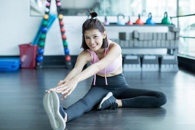 Aziatische vrouw spelen fitness in de sportschool