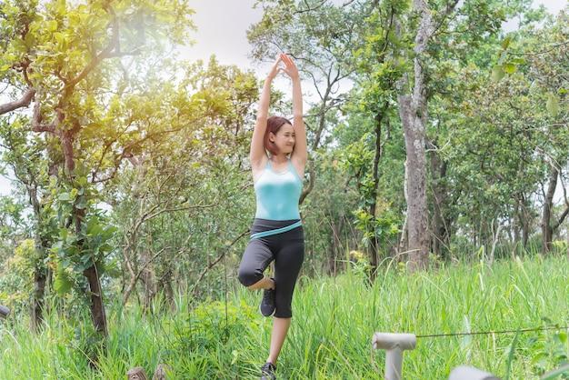 Aziatische vrouw spelen yoga op berg