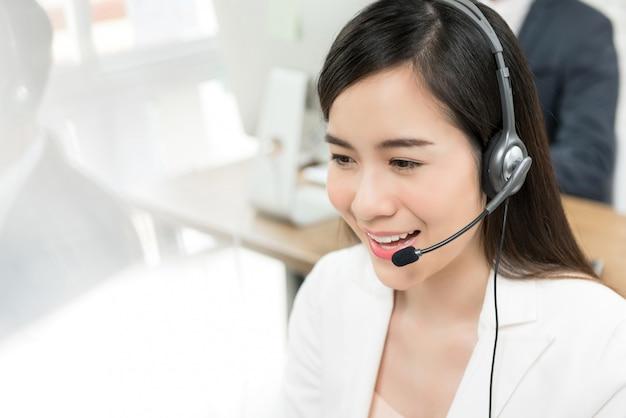 Aziatische vrouw telemarketing call center personeel
