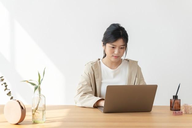 Aziatische vrouw thuis met behulp van een laptop