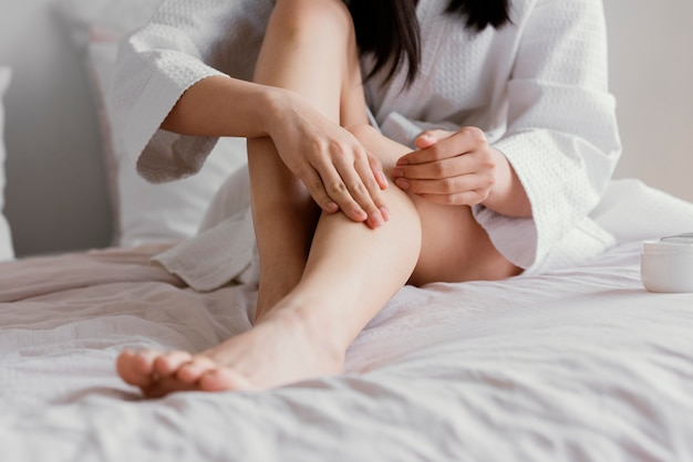 Aziatische vrouw thuis ontspannen