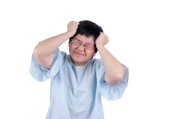 Aziatische vrouw van middelbare leeftijd die een bril draagt met hoofdpijn die op een witte achtergrond wordt geïsoleerd