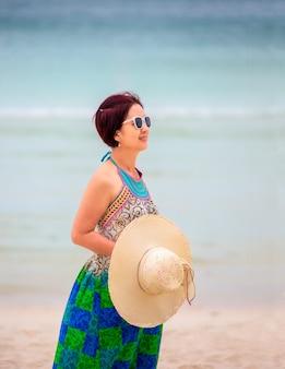 Aziatische vrouw van middelbare leeftijd ontspannen bij chaweng beach in koh samui, thailand.