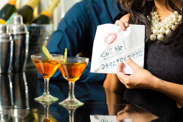 Aziatische vrouw verleidt de man in restaurant
