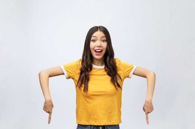 Aziatische vrouw verrassen met vinger omhoog isoleren op wit