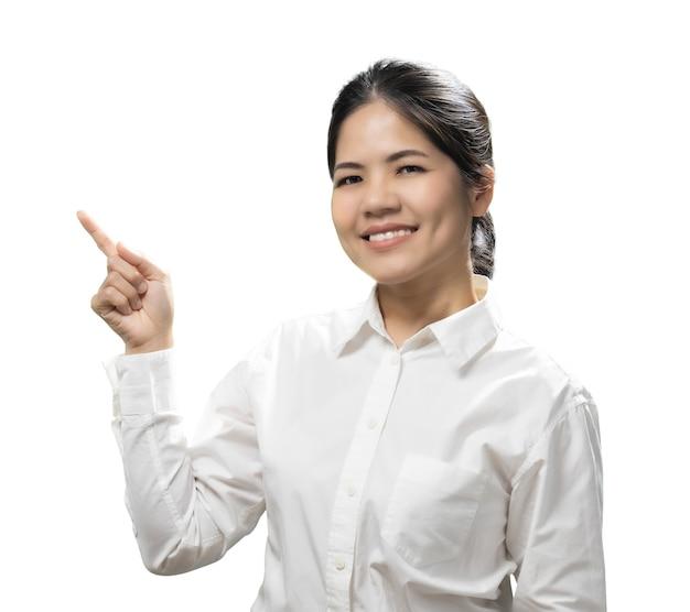 Aziatische vrouw vinger punt dragen wit overhemd geïsoleerd op een witte achtergrond