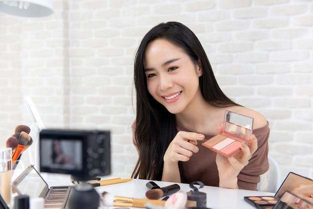Aziatische vrouw vlogger opname cosmetische make-up tutorial