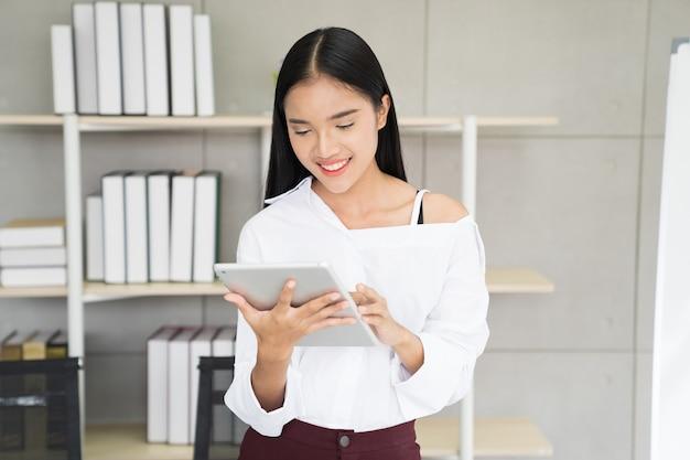 Aziatische vrouw vrouw met behulp van tablet online verbinding maken met online en online winkelen