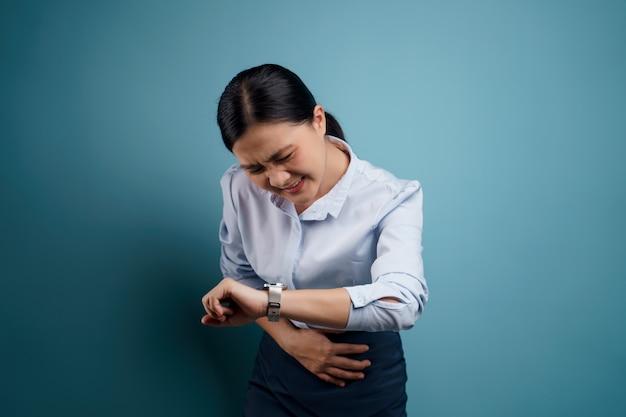 Aziatische vrouw was ziek met buikpijn, hand in hand op haar buik