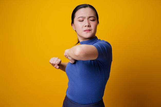 Aziatische vrouw was ziek met lichaamspijn die haar lichaam aanraakte.