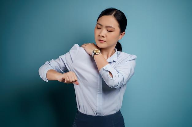 Aziatische vrouw was ziek met pijn in het lichaam aan haar lichaam