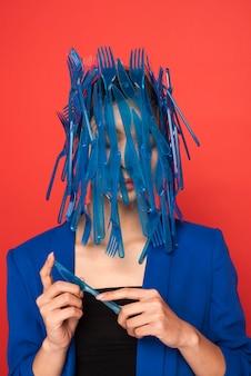 Aziatische vrouw wordt bedekt met blauw plastic