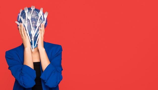 Aziatische vrouw wordt bedekt met plastic met kopie ruimte