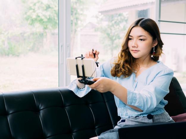 Aziatische vrouw zelfstudie elektronisch thuis leren.