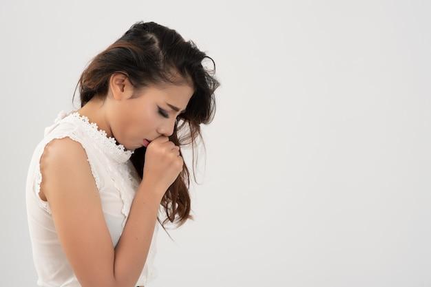 Aziatische vrouw ziek op wit.