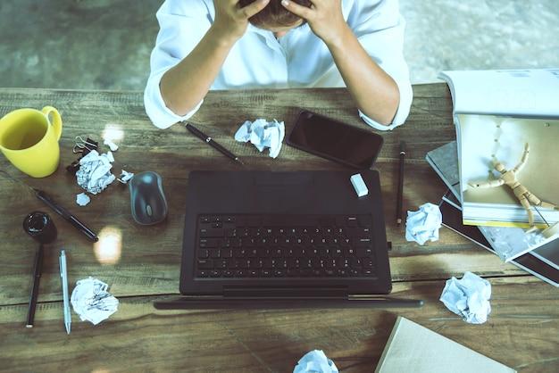 Aziatische vrouw zitten werken gestrest