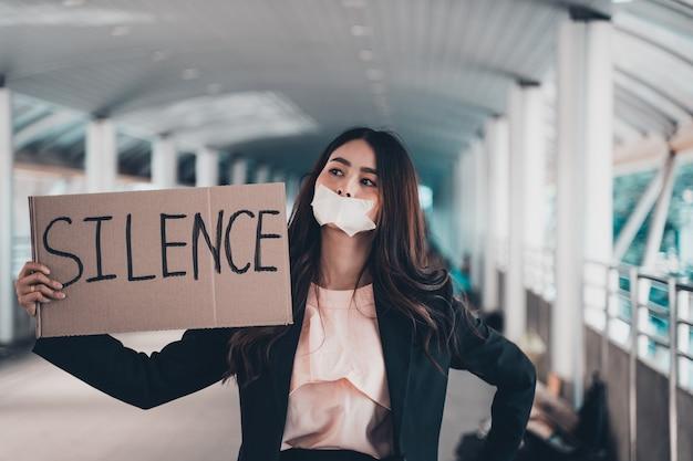 Aziatische vrouwelijke activisten met spandoeken die protesteren tegen democratie en gelijkheid