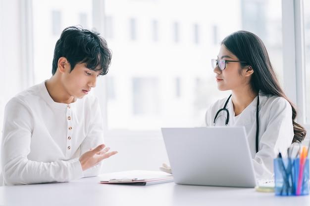 Aziatische vrouwelijke arts controleert de gezondheid van de patiënt