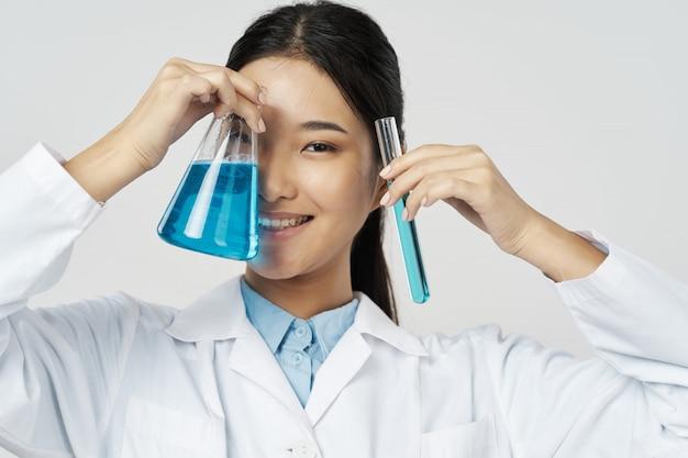 Aziatische vrouwelijke arts griep en virus in china