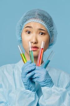 Aziatische vrouwelijke artsengriep en virus in china, coronavirus 2019-ncov