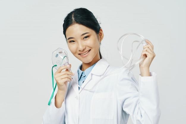 Aziatische vrouwelijke artsenvrouw met zuurstofmasker