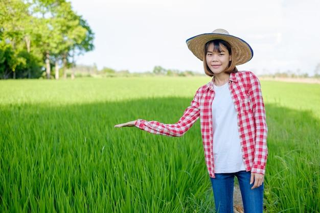 Aziatische vrouwelijke boer in het padieveld