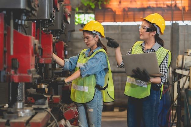 Aziatische vrouwelijke ingenieur met laptop die vrouwelijke werknemer opleiden