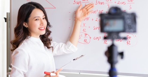 Aziatische vrouwelijke leraren nemen lessen op voor online onderwijswerk