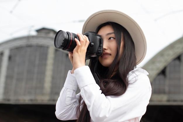 Aziatische vrouwelijke lokale reiziger met een camera